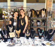 Duas mulheres e uma mesa dom bijouterias