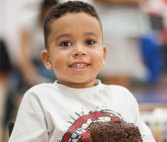 Menino comendo bolo