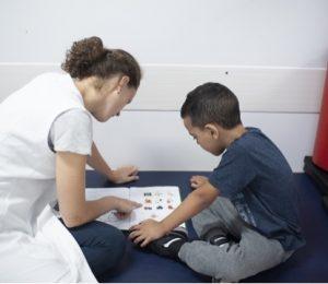 Fonoaudióloga acompanha paciente em sessão da fonoaudiologia