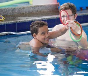 Paciente e terapeuta realização fisioterapia aquática
