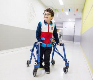 Criança feliz usando andador