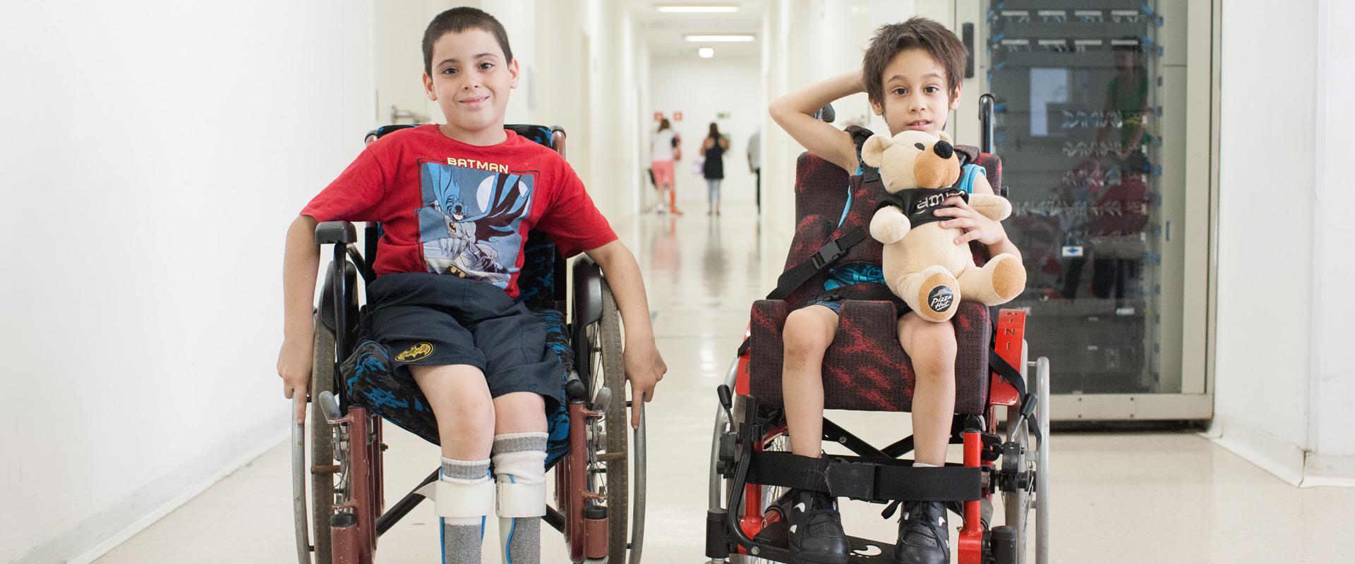 Dois meninos em cadeiras de rodas