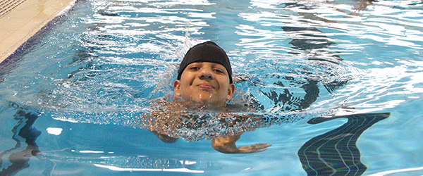 Menino nadando