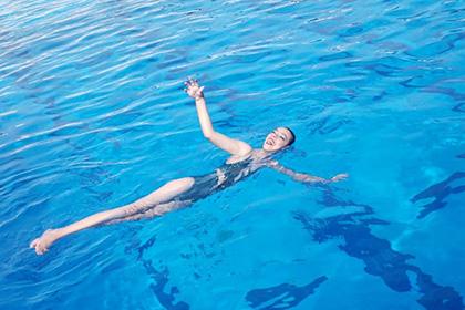 Menina em uma piscina
