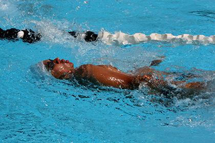 Menino nadando em uma piscina