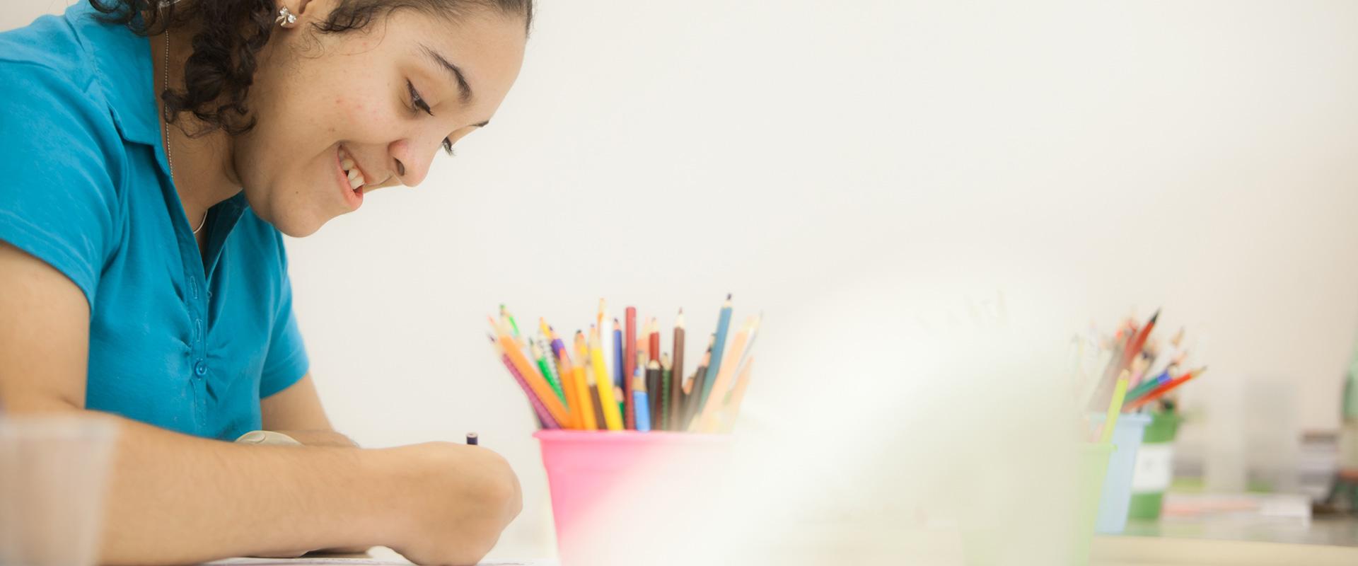 Moça escrevendo