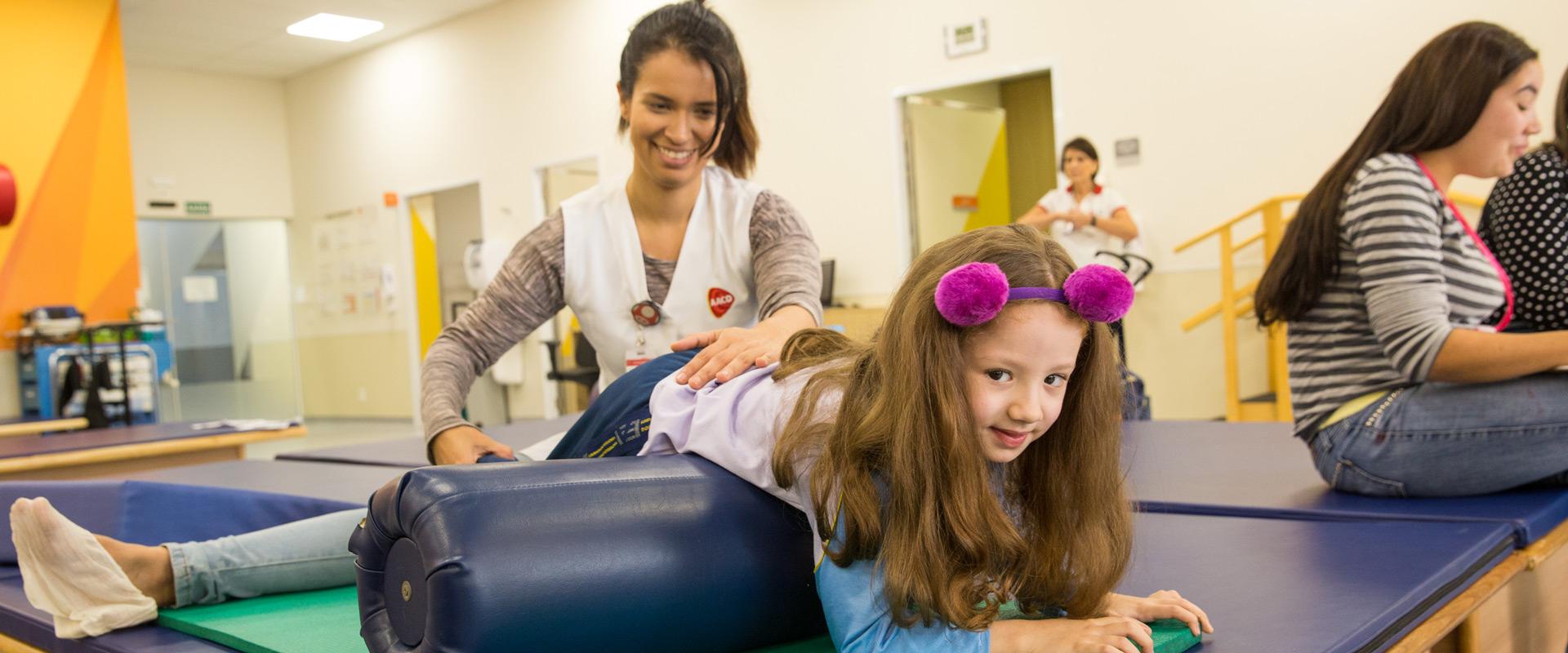 Criança fazendo fisioterapia