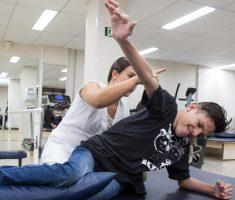 Menino fazendo fisioterapia