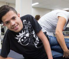 Jovem fazendo fisioterapia