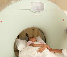 Criança fazendo tomografia