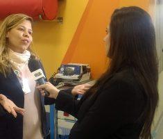 Mulher entrevistando outra mulher