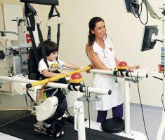 Criança fazendo fisioteraia
