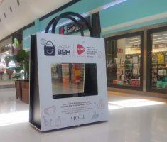 Sacola gigante no shopping para doação de roupas